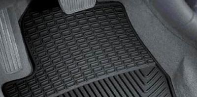Ātri un vienkārši padomi, kā tīrīt automašīnu grīdas paklājus